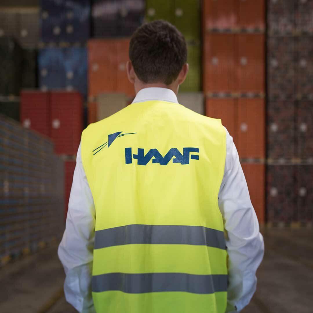 Mitarbeiter von hinten trägt HAAF-Weste