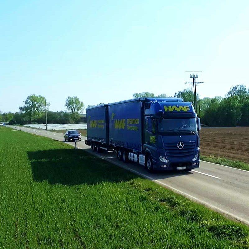 LKW fährt auf Landstraße