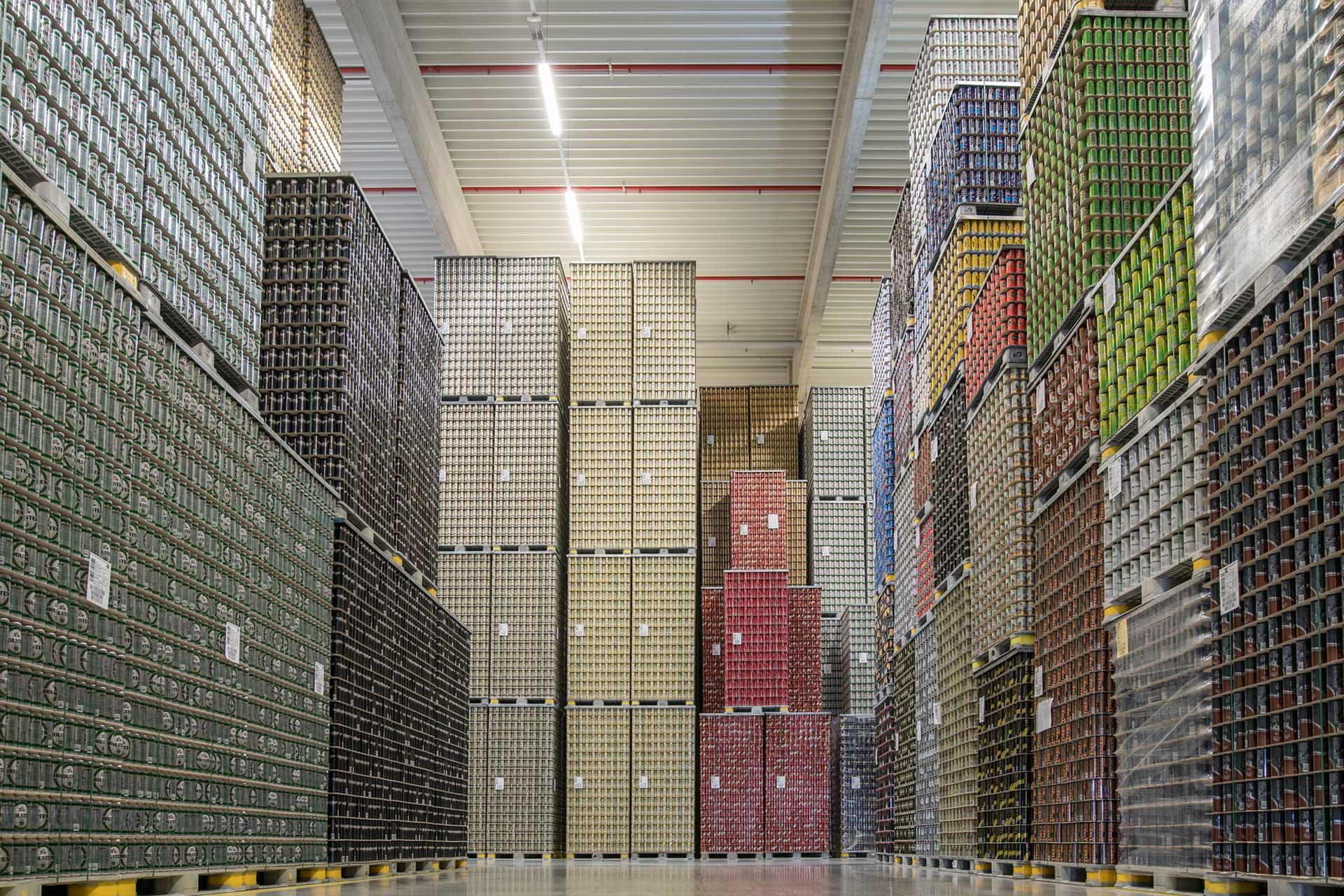 Sortierte und aufgestapelte Ware in Lagerhalle